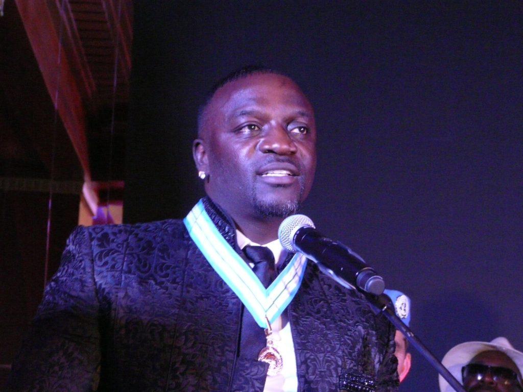 Le chanteur Akon récompensé de la médaille commémorative de la paix